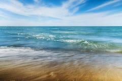 Praia e ondas pequenas Fotografia de Stock