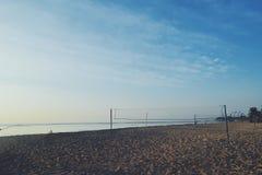 Praia e os azul-céu foto de stock