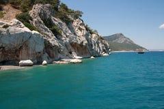 A praia e os penhascos no mar Mediterrâneo Foto de Stock Royalty Free
