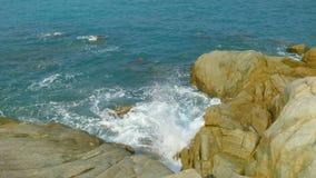 Praia e pedra amarela Imagem de Stock