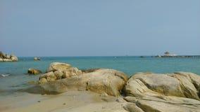 Praia e pedra amarela Foto de Stock