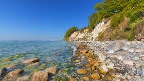 Praia e penhascos de giz na ilha de Rugen imagem de stock