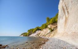 Praia e penhascos de giz na ilha de Rugen, Alemanha fotografia de stock