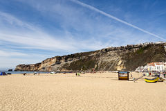 Praia e penhascos de Nazare imagem de stock