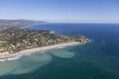 Praia e ponto na direção ocidental Dume Malibu Califórnia imagens de stock royalty free