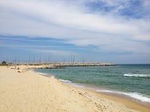 Praia e porto Imagens de Stock