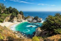 Praia e quedas, Big Sur, Califórnia Imagem de Stock Royalty Free