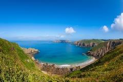 Praia e Rocky Coastline remotos em Sark foto de stock