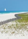Praia e Sailboat bonitos imagem de stock royalty free