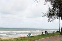 Praia e Seaview com posição feliz dos pares em um lado da praia no fundo fotografia de stock royalty free