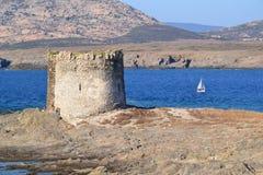 Praia e torre de Pelosa do La em Sardinia, Itália Imagens de Stock
