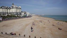 A praia East Sussex Inglaterra Reino Unido de Eastbourne viu do cais filme