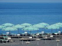 Praia een Merrie - Groene paraplu's op het strand van Fiuzzi Stock Fotografie