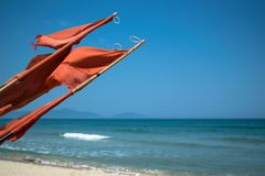 Praia em Hoi An Vietnam com pescador vermelho Flag imagens de stock royalty free