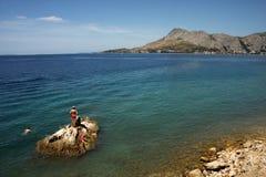 A praia em Omis, Croácia imagem de stock