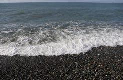 Praia em um dia ensolarado fotografia de stock