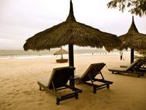 Praia em um dia nebuloso Fotos de Stock Royalty Free