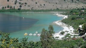 Praia em um lago fotografia de stock royalty free