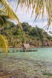 A praia em uma ilha tropical Fotografia de Stock Royalty Free