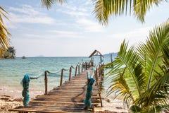 A praia em uma ilha tropical Imagens de Stock Royalty Free