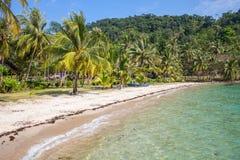 A praia em uma ilha tropical Fotos de Stock Royalty Free