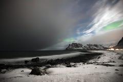 A praia em Utakleiv em Vestvaagoy, ilhas de Lofoten Aurora boreal acima de Utakleiv foto de stock royalty free