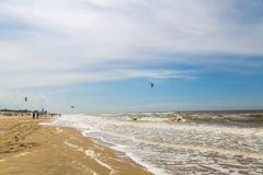 Praia em Zandvoort, Países Baixos Povos do grupo que andam junto ao longo da praia Imagem de Stock Royalty Free