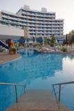 PRAIA ENSOLARADA, BULGÁRIA - 15 DE JUNHO DE 2016: plaza chique de Trakia do hotel com uma piscina no local, e salas confortáveis Fotografia de Stock