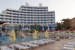PRAIA ENSOLARADA, BULGÁRIA - 15 DE JUNHO DE 2016: plaza chique de Trakia do hotel com uma piscina no local, e salas confortáveis Imagens de Stock Royalty Free
