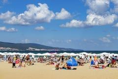 Praia ensolarada da costa de mar da praia bulgária Praia ensolarada 25 08 2018 imagens de stock