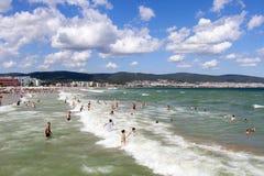 Praia ensolarada da costa de mar da praia bulgária Praia ensolarada 25 08 2018 imagem de stock royalty free