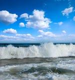 Praia ensolarada na costa de Oceano Atlântico Imagens de Stock Royalty Free
