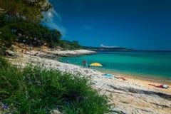 Praia ensolarada na ilha de Thassos com mar do tirkiz fotografia de stock royalty free