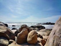 Praia entre as pedras fotografia de stock