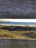 Praia entre a caminhada da placa Foto de Stock