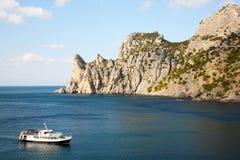 Praia entre rochas e mar. Imagem de Stock Royalty Free