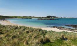 Praia Escócia Reino Unido de Portnaluchaig perto do Sandy Beach branco bonito escocês das montanhas de Arisaig do destino escocês Fotografia de Stock