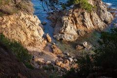 Praia escondida confortável pequena no mar Mediterrâneo Imagem de Stock Royalty Free