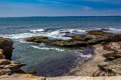 Praia escondida entre a costa rochosa em Jamestown, Rhode - ilha fotos de stock royalty free