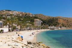 Praia espanhola bonita da Espanha de Xabia com o mar azul claro e praia de Platja de la Grava situada perto de Denia igualmente c Fotografia de Stock