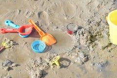 A praia está completa de brinquedos do ` s das crianças Imagens de Stock Royalty Free