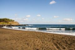A praia fantástica com o céu azul agradável e o branco nubla-se Gran Canaria, spain fotografia de stock