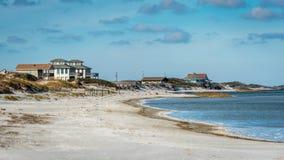 Praia Front Houses na costa fotografia de stock royalty free