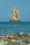 Praia, água, rocha no mar Fotos de Stock Royalty Free