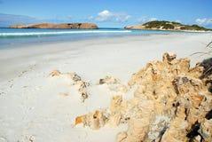 Praia idílico à opinião do mar imagens de stock