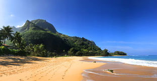 Praia idílico dos túneis em Kauai Havaí imagem de stock