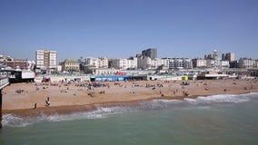 Praia Inglaterra de Brigghton com os povos no dia bonito vídeos de arquivo