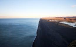 Praia Islândia da areia do preto de Reynisfjara imagem de stock