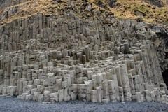 Praia Islândia de Reynisfjara da coluna do basalto Imagem de Stock