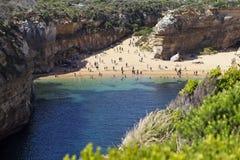 Praia isolada ao longo da grande estrada do oceano foto de stock